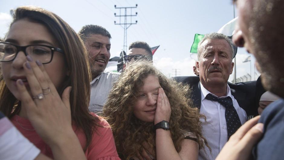 Palestinska najstnica Ahed Tamimi, ki je decembra primazala zaušnico izraelskemu vojaku, na prostosti (foto: Profimedia)