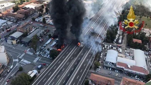 Zaradi hude nesreče je promet v Bologni ohromljen, ob eksploziji se je zrušil nadvoz, 2 žrtvi, 60 poškodovanih (foto: STA)
