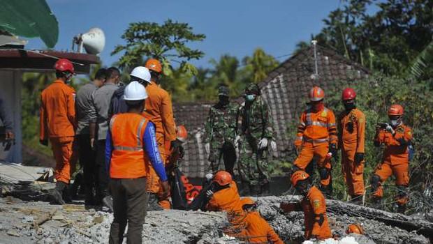 Popotresni Lombok: število žrtev narašča, reševanje in pomoč zaradi uničenih cest oteženo (foto: STA)