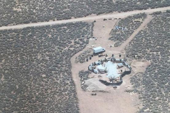 Zanemarjene otroke, najdene sredi puščave v Novi Mehiki, naj bi urili za streljanje po šolah