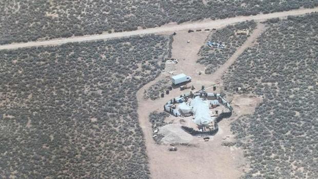 Zanemarjene otroke, najdene sredi puščave v Novi Mehiki, naj bi urili za streljanje po šolah (foto: STA)