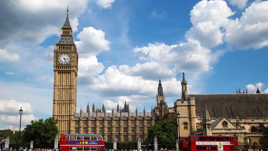 Aretirali moškega, ki se je z avtom zaletel v ograjo angleškega parlamenta (foto: Profimedia)