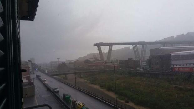 Število žrtev zrušenja viadukta v Genovi se je povzpelo na 42 (foto: STA)
