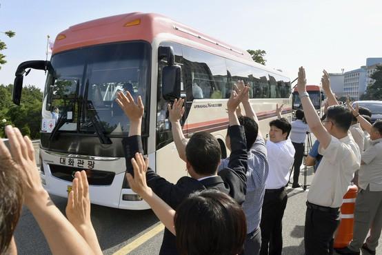 Severna Koreja: Po 70 letih le 12 ur za ponovno snidenje ločenih družin!
