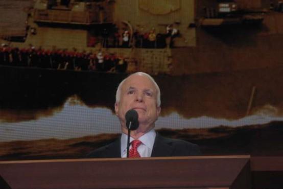 Poklon ameriških politikov preminulemu republikanskemu senatorju Johnu McCainu