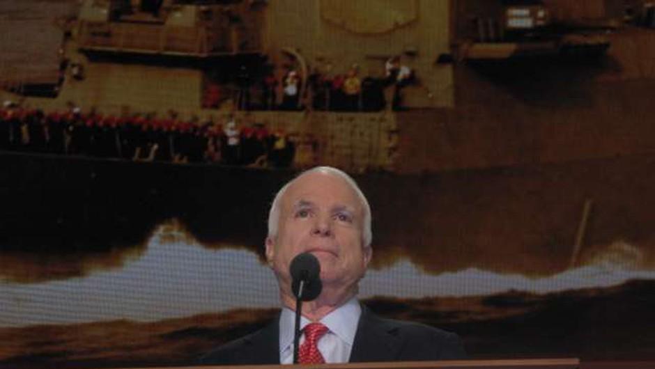 Poklon ameriških politikov preminulemu republikanskemu senatorju Johnu McCainu (foto: STA/Robi Poredoš)