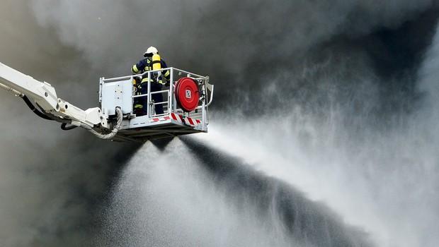 Nemčija: V požaru v rafineriji 10 ranjenih, evakuirali 1800 ljudi (foto: Profimedia)