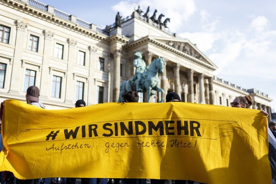 Na protestih v nemškem Chemnitzu se je zbralo več tisoč ljudi