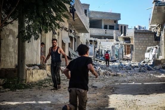 Idlib tarča silovitih sirskih in ruskih letalskih napadov, v nekaj urah okoli 90 napadov