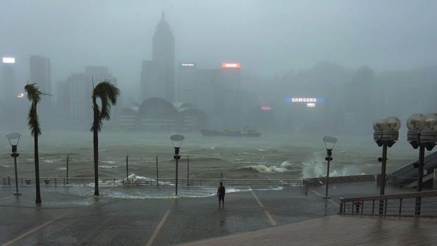 Tajfun Mangkhut je dosegel kitajsko obalo, število žrtev pa se veča, trenutno je terjal okrog sto življenj (foto: profimedia)