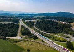 Gorenjska avtocesta je po nesreči znova odprta, a promet še vedno ni tekoč