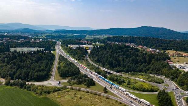 Gorenjska avtocesta je po nesreči znova odprta, a promet še vedno ni tekoč (foto: STA)