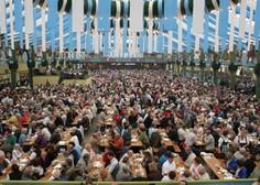 Münchenski župan Dieter Reiter je z dvema udarcema po sodčku opoldne odprl letošnji Oktoberfest