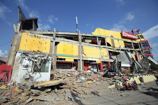 Število žrtev potresa in cunamija na Sulaveziju  se je povzpelo čez 800