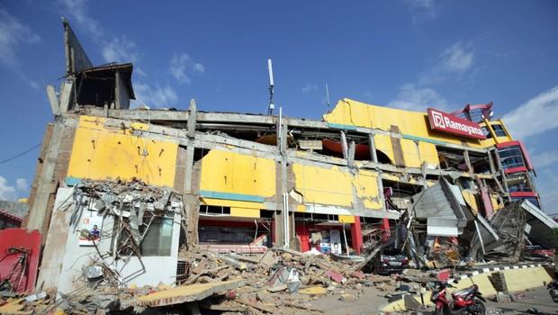 Število žrtev potresa in cunamija na Sulaveziju  se je povzpelo čez 800 (foto: profimedia)
