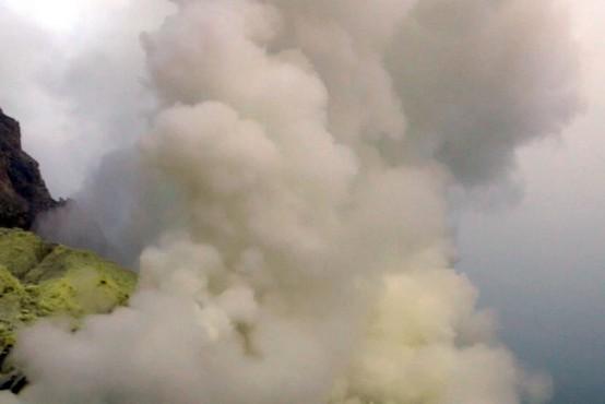Po potresu in cunamiju na Sulaveziju je zdaj izbruhnil še ognjenik