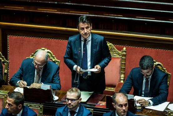 Evroposlanec iz Italije s čevljem potacal dokumente evropskega komisarja