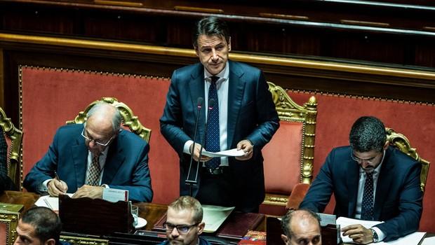 Evroposlanec iz Italije s čevljem potacal dokumente evropskega komisarja (foto: profimedia)