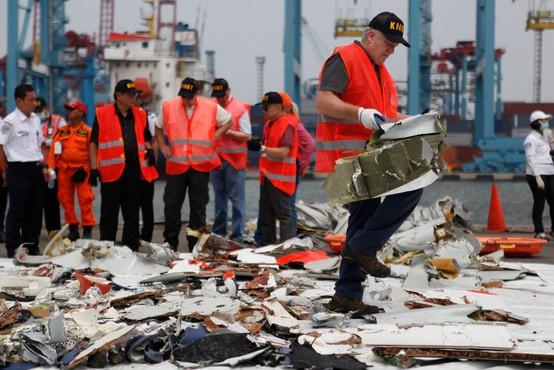 Reševalci so našli črno skrinjico strmoglavljenega indonezijskega letala