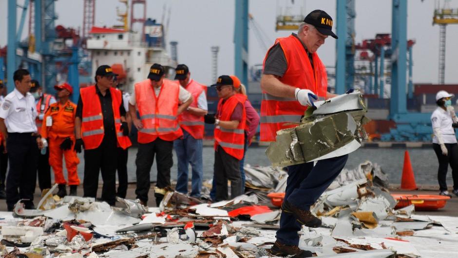 Reševalci so našli črno skrinjico strmoglavljenega indonezijskega letala (foto: Profimedia)