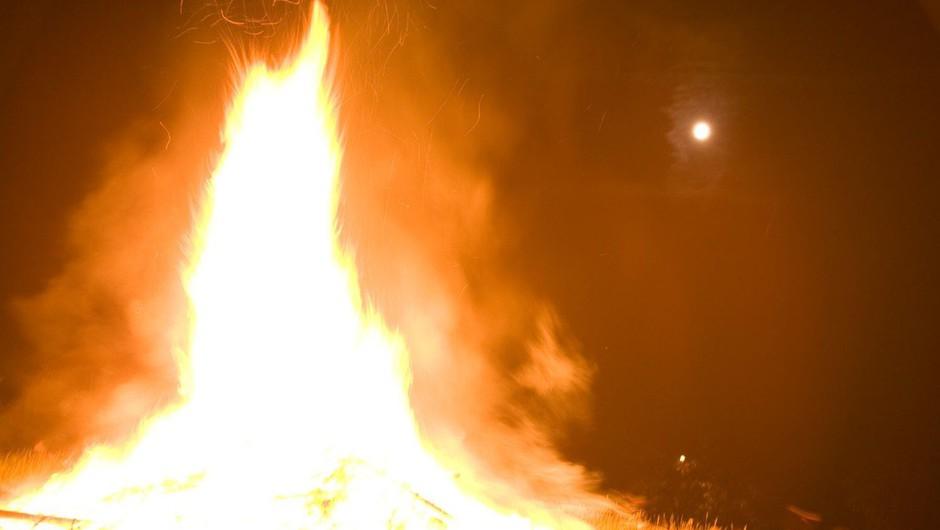 Požar v Mežici zravnal lesen objekt in poškodoval bližnje stavbe, dva avtomobila in motorno kolo (foto: profimedia)