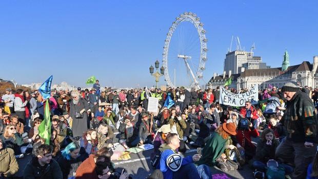 Britanci so zaradi podnebnih sprememb protestirali proti neaktivni vladi (foto: profimedia)
