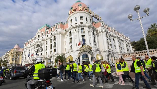 V protestih proti visokim cenam goriva v Franciji ena smrtna žrtev in 47 ranjenih (foto: profimedia)