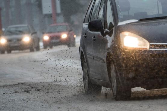 Sneženje v večjem delu države povzroča težave na cestah