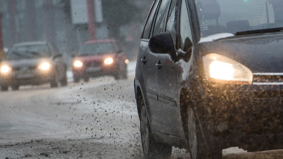 Sneženje v večjem delu države povzroča težave na cestah (foto: Profimedia)