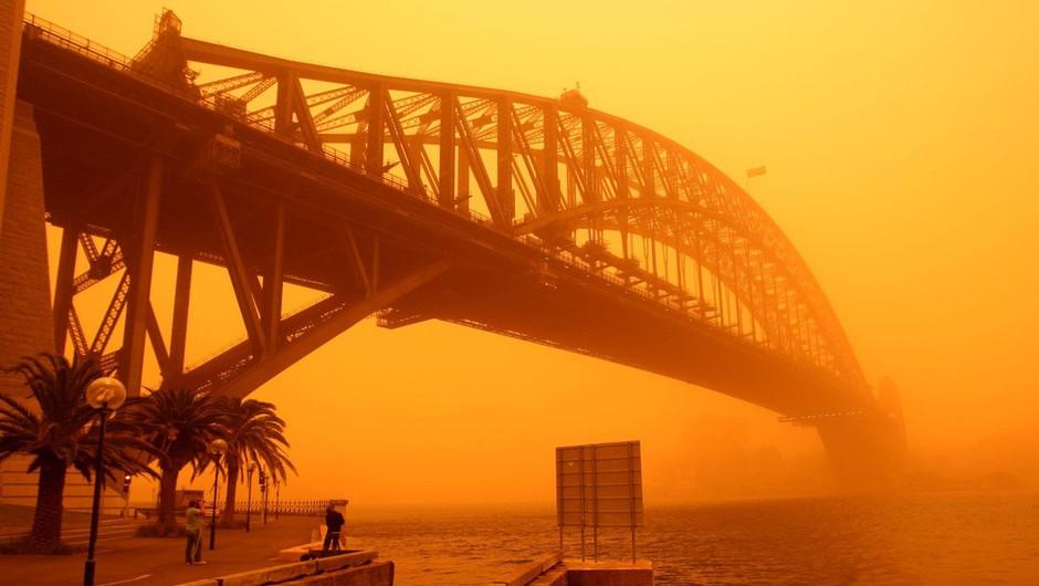 Avstralijo zajel ogromen peščeni val in jo obarval oranžno (foto: Profimedia)