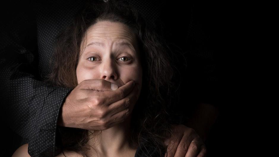 Dan boja proti nasilju nad ženskami zaznamovali protesti po svetu in rdeče črte na licu (foto: profimedia)
