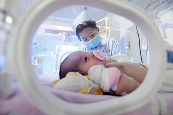 Kitajski znanstvenik ustvaril gensko spremenjeni dojenčici, ki ju je poimenoval Lulu in Nana