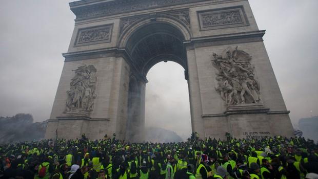 Francozi še naprej protestirajo zaradi cen goriva, nekateri izgredniki uničujejo avtomobile in okna (foto: profimedia)