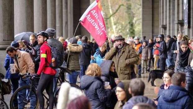 Več deset tisoč ljudi na bruseljskih ulicah za resne ukrepe proti podnebnim spremembam (foto: STA)