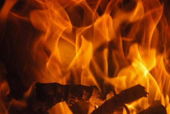 V Tržiču zaradi požara v stanovanju začasno evakuirali stanovalce bloka