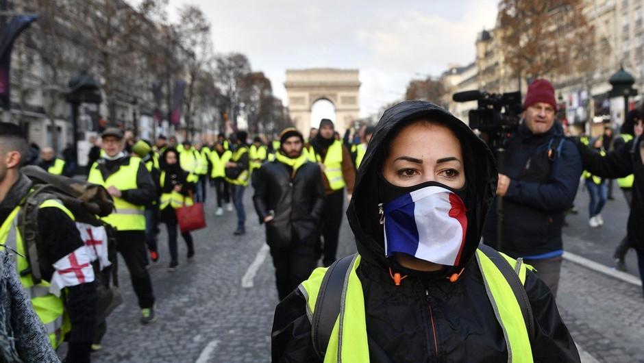 Pariz: Policisti so se pripravili na nov protest rumenih jopičev in pregledujejo udeležence (foto: profimedia)