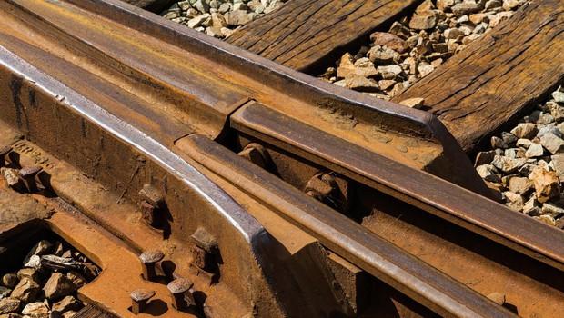 Voznik ni upošteval prometnih znakov, na tračnicah ga je zadela in zavrtela lokomotiva (foto: profimedia)