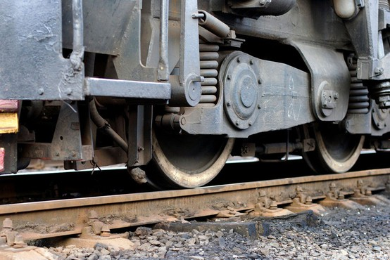 Huda nesreča v Srbiji: Vlak prepolovil avtobus - tri smrtne žrtve in več ranjenih