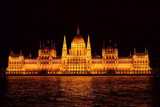 Budimpešta: Policija s solzivcem nad protestnike!
