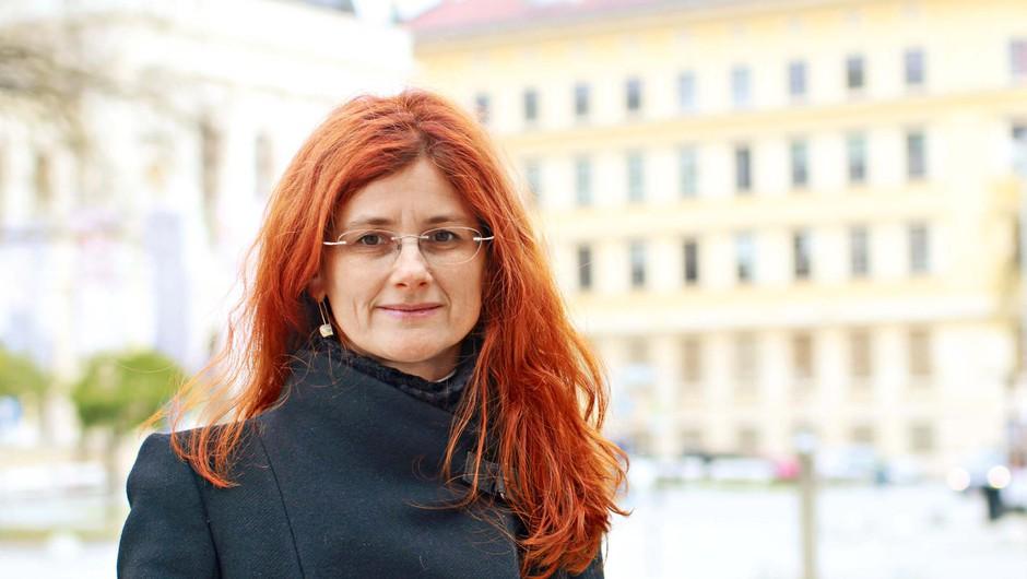 """Dr. Sonja Bezjak: Za slogan smo si dali misel  """"Z norostjo proti neumnosti!"""" (foto: GORAN ANTLEY)"""