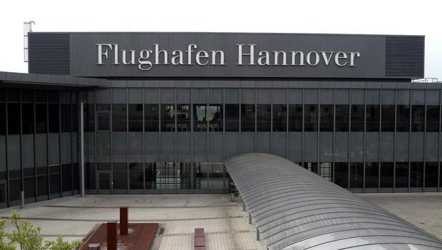 Na letališču v Hannovru moški z avtom prebil ograjo in zapeljal na pristajalno stezo! (foto: Profimedia)