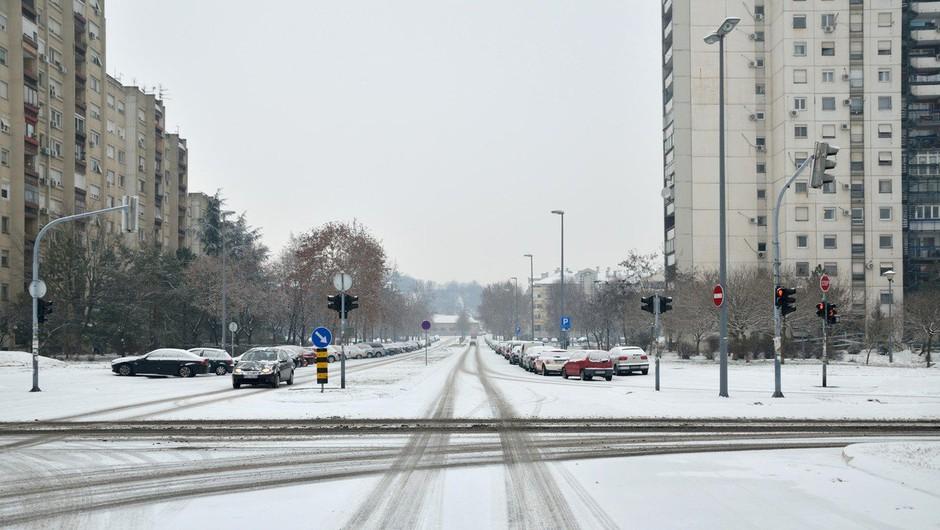 Previdno na cestah: Del države zajelo sneženje, sneg se oprijema vozišč (foto: Profimedia)