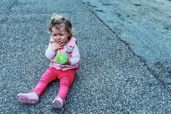 V Nemčiji oče ob cesti pustil hčer, ker ni želela zaspati