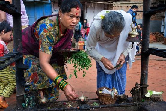 Nepalka z otrokoma umrla v koči brez oken, v katero je morala zaradi menstruacije