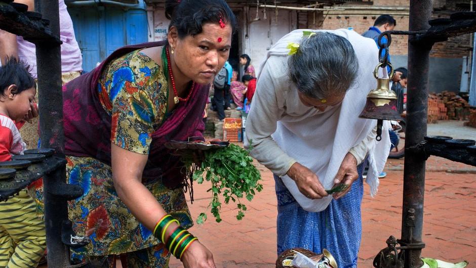 Nepalka z otrokoma umrla v koči brez oken, v katero je morala zaradi menstruacije (foto: profimedia)