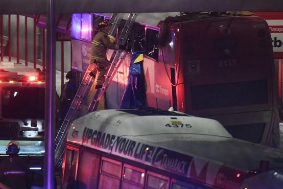 Tudi mrtvi v trku dvonadstropnega kanadskega avtobusa v nadstrešnico