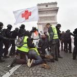 Ob protestih rumenih jopičev v Parizu tudi spopadi s policijo (foto: Profimedia)