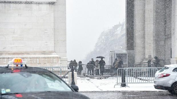V bližini pariških Elizejskih poljan drzen rop banke, velikost izplena še ni znana (foto: profimedia)