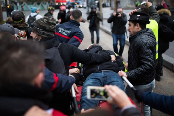 Eden od glavnih aktivistov gibanja rumenih jopičev Jerome Rodrigues ustreljen v oko z gumijasto kroglo