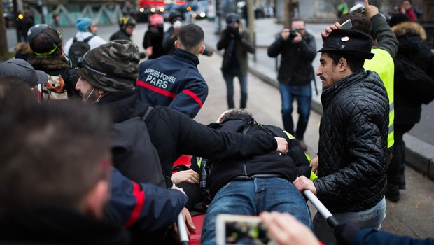 Eden od glavnih aktivistov gibanja rumenih jopičev Jerome Rodrigues ustreljen v oko z gumijasto kroglo (foto: profimedia)